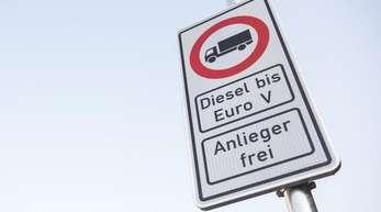 Hamburg: Ein Fahrverbotsschild für Fahrzeuge mit Diesel-Motor bis Euro5 an der Stresemannstraße.