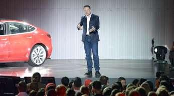 Tesla-Chef Elon Musk bei der Vorstellung der ersten Wagen des günstigeren Tesla-Fahrzeugs Model 3.
