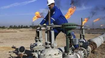 Arbeiter auf einem Ölfeld im Irak. Experten erwarten, dass die Öl-Förderstaaten den Ölhahn wieder etwas weiter aufdrehen werden.