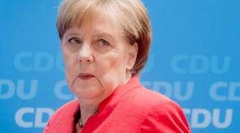 In einer Umfrage des Meinungsforschungsinstituts YouGov sprachen sich 43 Prozent dafür aus, dass Merkel zurücktritt und ihr Amt an einen Nachfolger oder eine Nachfolgerin übergibt.