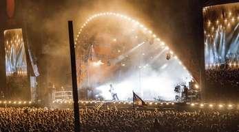 Die Gorillaz bei ihrem Auftritt in Roskilde:Frontmann Damon Albarn ist zum Bühnenrand geeilt.