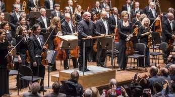 Jaap van Zweden (am Pult) dirigiert die New Yorker Philharmoniker (2016).
