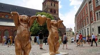 Berliner Buddy-Bären auf dem Domplatz in Riga.
