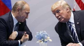 Kremlchef Wladimir Putin (l) und US-Präsident Donald Trump unterhalten sich auf dem G20-Gipfel in Hamburg.