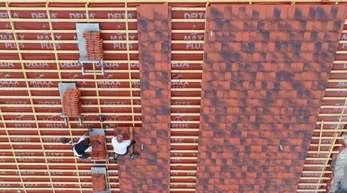 Dachdecker in Brandenburg: Für die meisten Menschen in Deutschland ist die Arbeit die finanzielle Grundlage des Lebens.