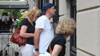 """Teilnehmer einer """"Riech-Tour"""" schnüffeln an einem Haus in New York."""
