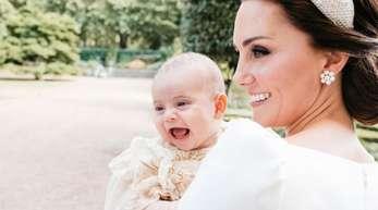 Die britische Herzogin Kate mit Prinz Louis nach seiner Taufe im Garten des Clarence House.