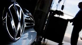 Ein Kfz-Meister lädt im Rahmen der Rückrufaktion zum Abgasskandal ein Software-Update auf einen Volkswagen Golf.