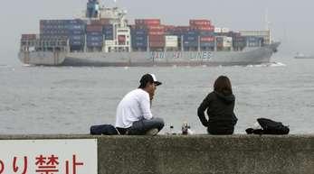 Containerschiff vor Yokohama: Japan ist nach den USA und China die drittgrößte Volkswirtschaft der Welt und damit ein sehr interessanter Absatzmarkt für europäische Unternehmen. foto: Kimimasa Mayama/EPA/Archiv