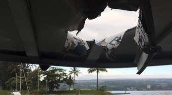 Beschädigtes Dach des Tourbootes.