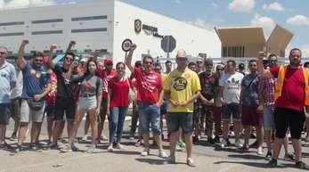 Amazon-Beschäftigte streiken vor dem Logistik-Center des Internet-Versandhändlers im spanischen San Fernando de Henares.