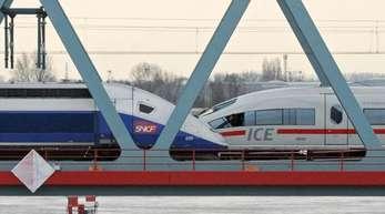 Ein TGV und ein ICE (r) stehen auf der Rheinbrücke in Kehl. Die Alstom-Aktionäre haben für eine Fusion mit der Zugsparte von Siemens gestimmt.