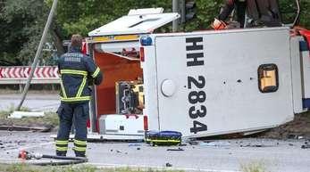 Der Rettungswagen liegt nach einem Unfall auf der Seite.