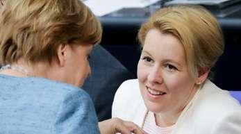 Bundeskanzlerin Angela Merkel (CDU) und Bundesfamilienministerin Giffey (SPD) besuchen in Köln das Hilfe-Telefon «Gewalt gegen Frauen».