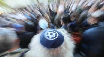 Ein Mann mit einer Kippa nimmt an der Solidaritätskundgebung «Berlin trägt Kippa» der Jüdischen Gemeinde teil.