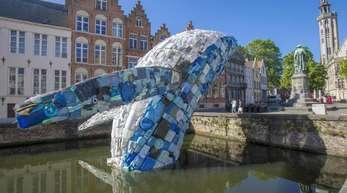 «Skycraper», das Modell eines Riesenwals aus Plastikmüll, bei der Triennale in Brügge.