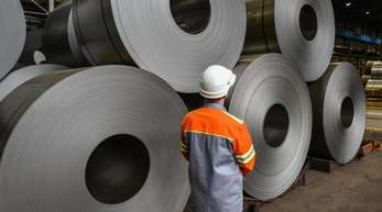 Der Zusatzzollsatz auf Stahl in Höhe von 25 Prozent werde auf Importe fällig werden, die wegen der US-Zölle zusätzlich in die EU kommen, teilte die EU-Kommission mit.