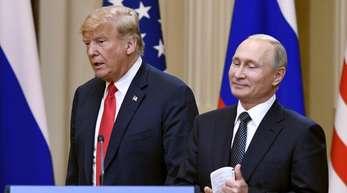 Donald Trump und Wladimir Putin (r) geben eine gemeinsame Pressekonferenz.