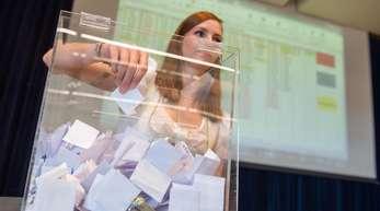 «Losfee» Katharina zieht während der Gräberverlosung einen Namenszettel aus der Urne.