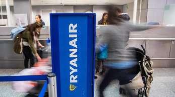 Ryanair-Passagiere werden am Schalter der Fluggesellschaft in Frankfurt abgefertigt.