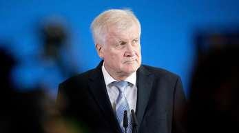 Seehofers Partei, die CSU, ist vor der Landtagswahl weit von der absoluten Mehrheit entfernt.