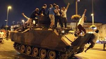 Menschen besetzen einen Transportpanzer der Türkischen Armee. Der Ausnahmezustand war nach dem Putschversuch im Juli 2016 verhängt worden.