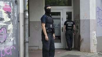 Vermummte Polizeibeamte vor einem Haus in Neukölln, in dem ein Mann nach dem spektakulären Diebstahl einer 100-Kilo-Goldmünze festgenommen wurde.