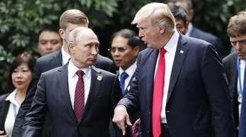 US-Präsident Donald Trump (r) und Kremlchef Wladimir Putin unterhalten sich bei einem Gipfel der Asiatisch-Pazifischen Wirtschaftsgemeinschaft (Apec) im vietnamesischen Danang.