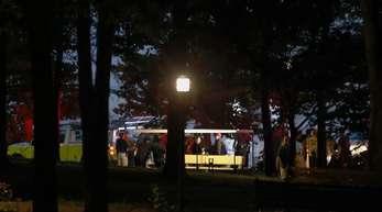 Rettungskräfte sind nach dem tödlichen Schiffsunglück am Table Rock See im US-Bundestaat Missouri im Einsatz.