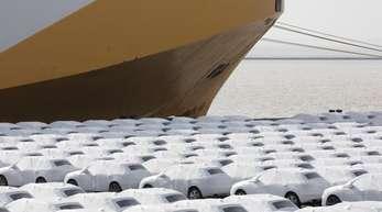 Audi-Fahrzeuge des Volkswagen-Konzerns stehen im Hafen von Emden zur Verschiffung bereit.