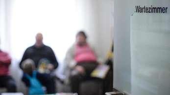 Sprechstunden für Patienten ohne Termin? - Die Kassenärztliche Bundesvereinigung befürchtet, dass Patienten während offener Sprechstunden stundenlang im Wartezimmer ausharren müssten.