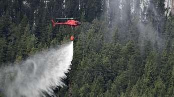 Ein Hubschrauber bekämpft einen der zahlreichen Waldbrände in Schweden.