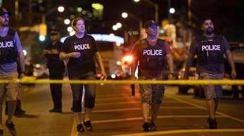 In der kanadischen Großstadt Toronto sind mehrere Menschen durch Schüsse auf einer belebten Straße verletzt worden.
