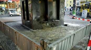 Brandspuren sind nach dem Angriff auf zwei Obdachlose am Cajamarcaplatz am S-Bahnhof Schöneweide am abgesperrten Tatort zu sehen.