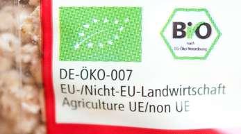 Auf einer Müslipackung ist das EU-Bio-Siegel neben einem deutschen Bio-Siegel angebracht.