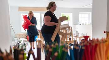 Erzieherinnen richten die Räume zur Eröffnung des neuen christlich-muslimischen Kindergarten «Abrahams Kinder» in Gifhorn ein.