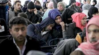 Syrische Flüchtlinge warten darauf in Beirut, sich beim UNHCR-Flüchtlingskommissariat der Vereinten Nationen zu registrieren.