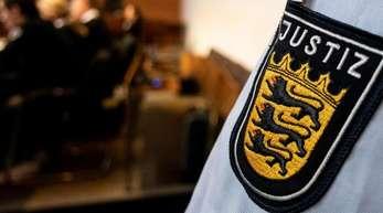 Ein Justizbeamter steht am 7. August vor der Urteilsverkündung in einem Saal des Landgerichts Freiburg.