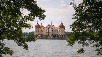 Blick auf das Schloss Moritzburg und den Schlossteich.