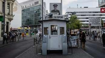 Zahlreiche Menschen sind während des Tages am Checkpoint Charlie unterwegs.