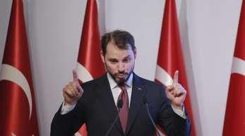Berat Albayrak, Finanzminister der Türkei, spricht bei einer Pressekonferenz.