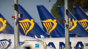 Flugzeuge von Ryanair stehen während eines Streiks von Piloten der irischen Low-Cost-Airline am Flughafen Charleroi in Belgien