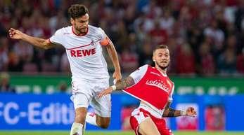 Unions Marcel Hartel (r) versucht FC-Kapitän Jonas Hector vom Ball zu trennen.