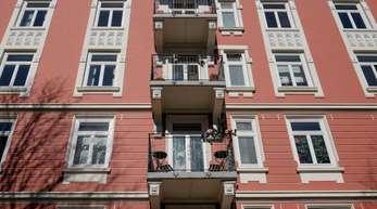 Mehrfamilienhaus in Hamburg-Eppendorf: Gerade junge Familien in Großstädten können sich immer seltener Mietwohnungen oder Häuser leisten und prüfen daher einen Immobilienkauf im Umland.