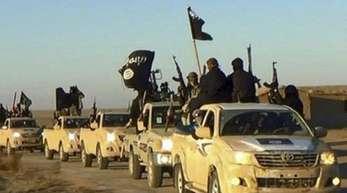 Ein Fahrzeugkonvoi mit Mitgliedern der Terrormiliz Islamischer Staat (IS) bei Al-Rakka in Syrien.