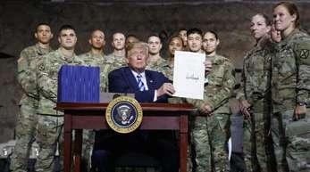 US-Präsident Trump zeigt in der Militärbasis Fort Drum das frisch unterzeichnete Gesetz zum Verteidigungsetat. Es sieht für 2019 Ausgaben von 716 Milliarden Dollar für Rüstung und Militär vor.