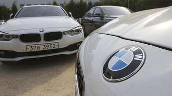 Südkorea, Seoul: Autos von BMW parken in der Nähe eines Service-Centers von BMW.