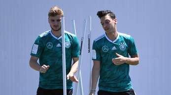 Timo Werner und Mesut Özil (r) beim Training bei der WM in Russland.