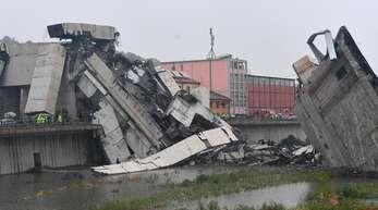 Blick auf die Trümmer der eingestürzten Autobahnbrücke.
