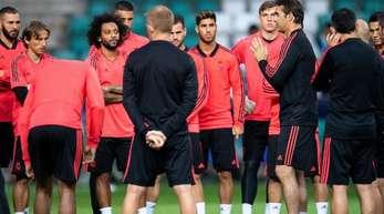 Real-Trainer Julen Lopetegui (M.r.) bereitet sein Team auf den UEFA-Supercup vor.
